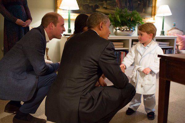 my1styearsのベビーローブを着ているジョージ王子